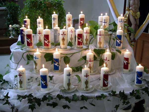 Kinder Verzieren Eine Osterkerze Mit Christlichen Symbolen ...